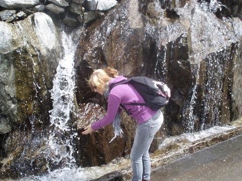 Drinken uit een waterval
