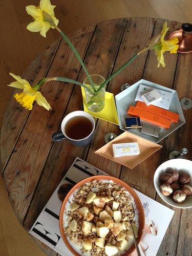 Lekker rustig en gezond ontbijten. Ik eet vaak magere yoghurt met granola, lijnzaad, stukjes fruit en wat honing en kaneel. Wist je dat kaneel 'sugar cravings' tegengaat?