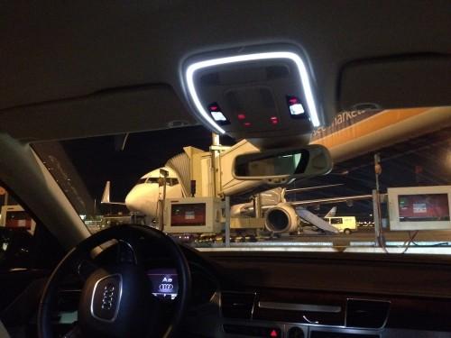 Met de auto naar het vliegtuig gereden op Schiphol